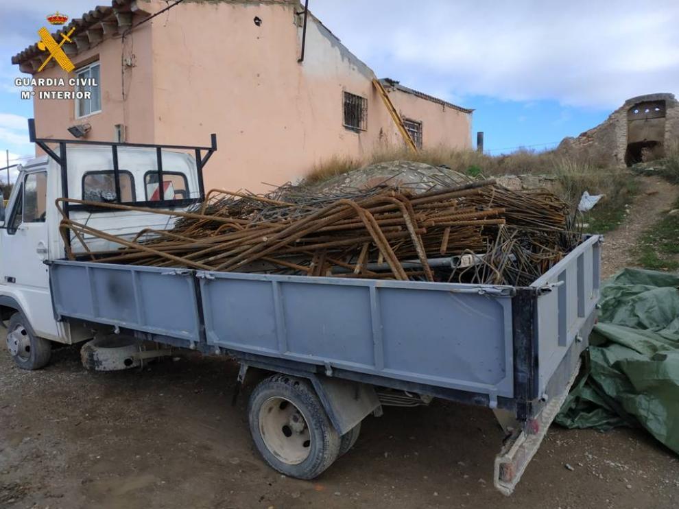 Los delincuentes cargaron el material robado en tres camiones que una patrulla de la Guardia Civil localizó este lunes en Bárboles.