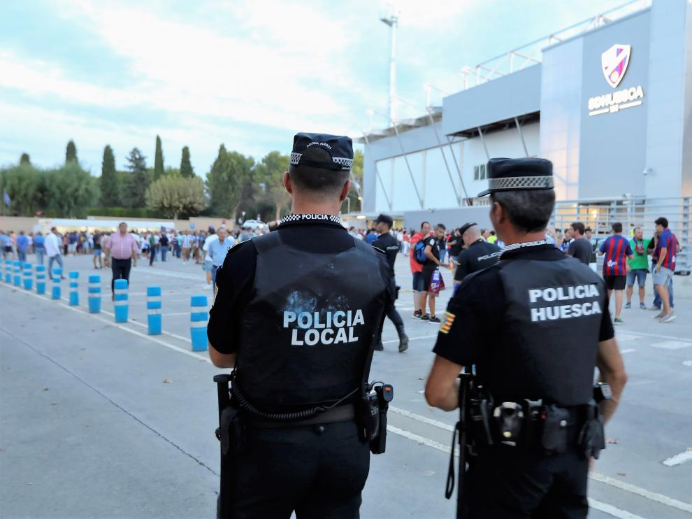 Dos policías locales en un servicio en el campo de fútbol de El Alcoraz.