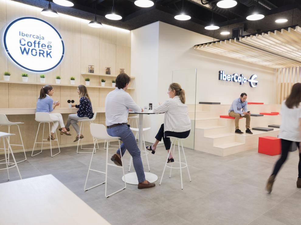 Zona de café para empleados en la sede de Ibercaja en Zaragoza.