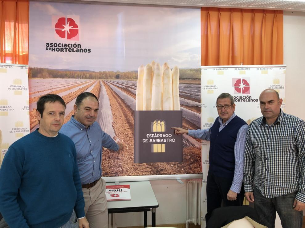 Miembros de la asociación de hortelanos y de la Cooperativa Agrícola del Somontano con el logotipo de espárragos de Barbastro.