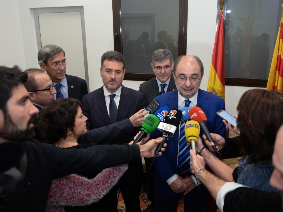 Javier Lambán respondiendo a los periodistas tras la inauguración de las obras del Palacio de la Justicia de Teruel.