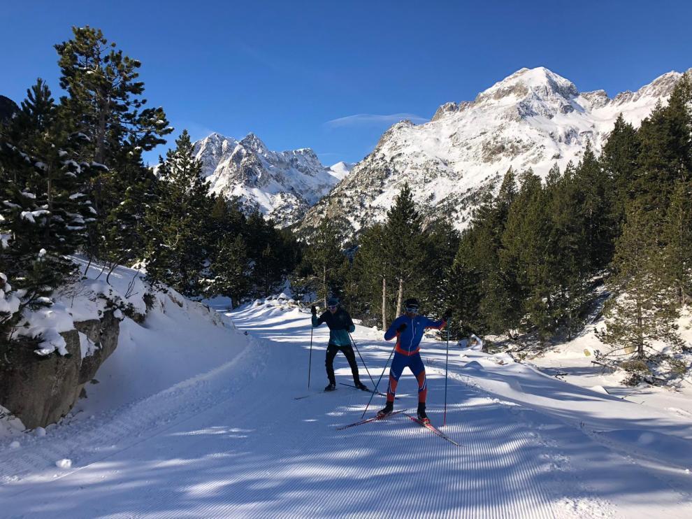 Dos esquiadores probando las pistas recién pisadas de Llanos del Hospital, en Benasque