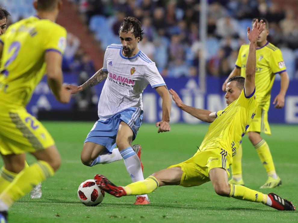 A Eguaras le rebañan un balón en el partido de Copa del Rey contra el Cádiz.