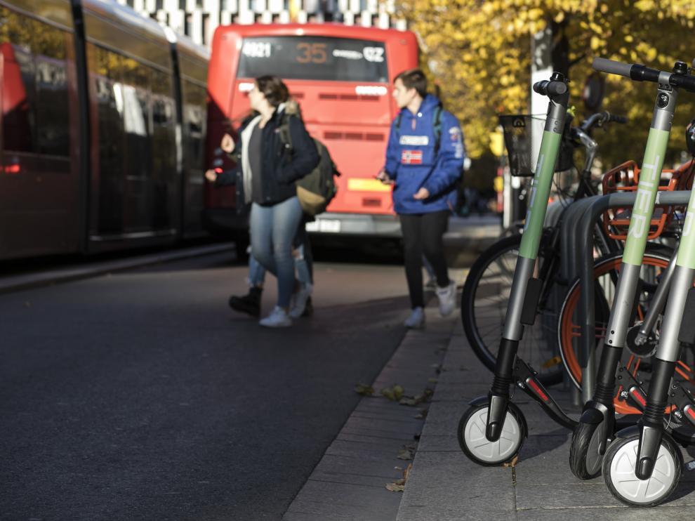 Patinetes y bicicletas conviven con autobuses y tranvías en Zaragoza