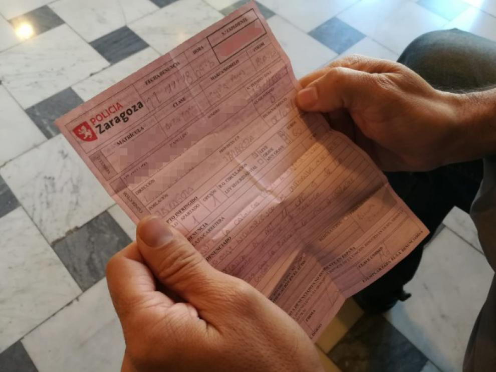El taxista muestra el boletín de denuncia que le va a costar 60 euros.