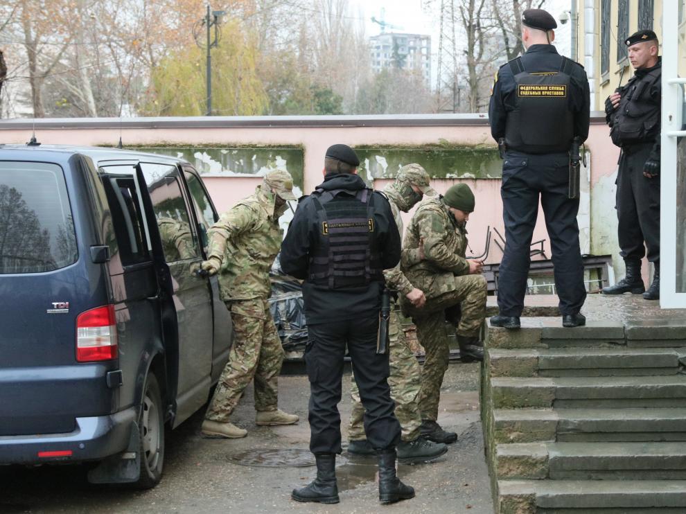 Varios oficiales de la Armada ucraniana llegan escoltados a un tribunal en Crimea.