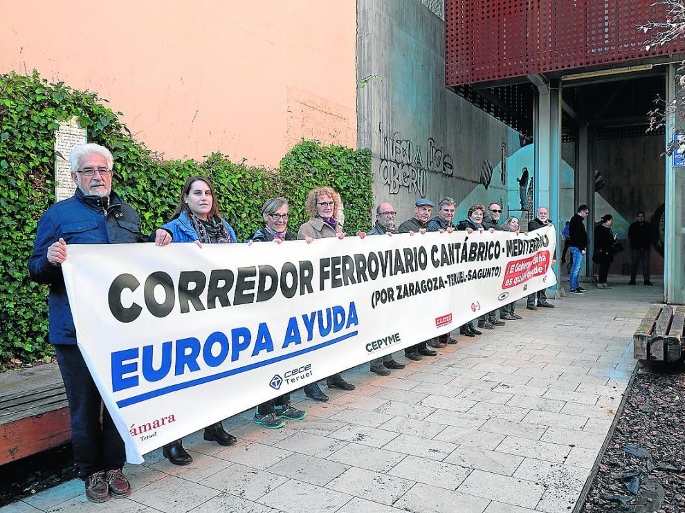 Miembros de Teruel Existe desplegaron ayer una pancarta en defensa del ferrocarril.