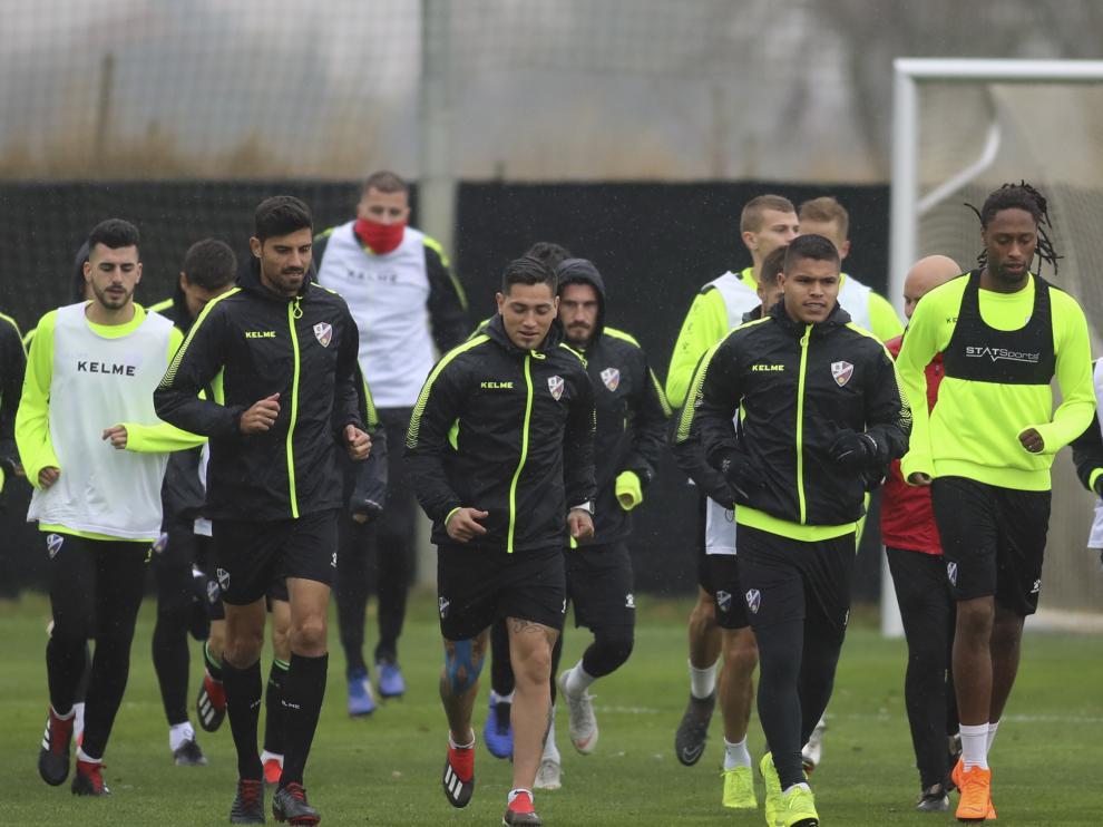 Varios futbolistas de la SD Huesca, durante un entrenamiento.