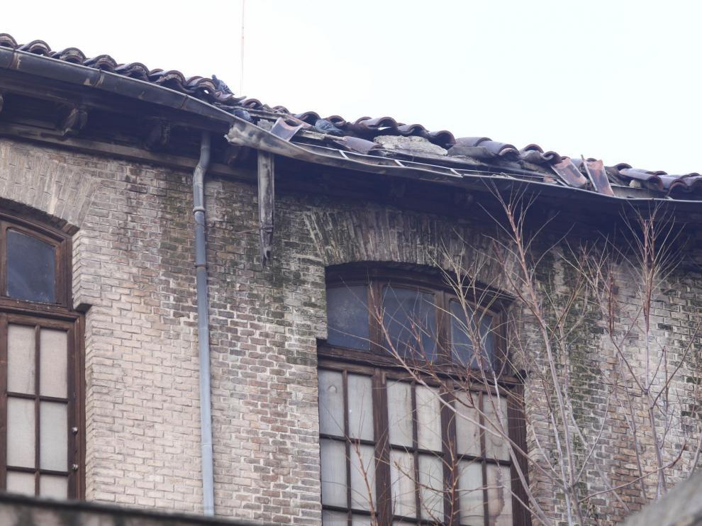 La zona más degradada del alero de la Escuela de Artes, ya con palomas. En el muro se dejan ver los rastros de la humedad
