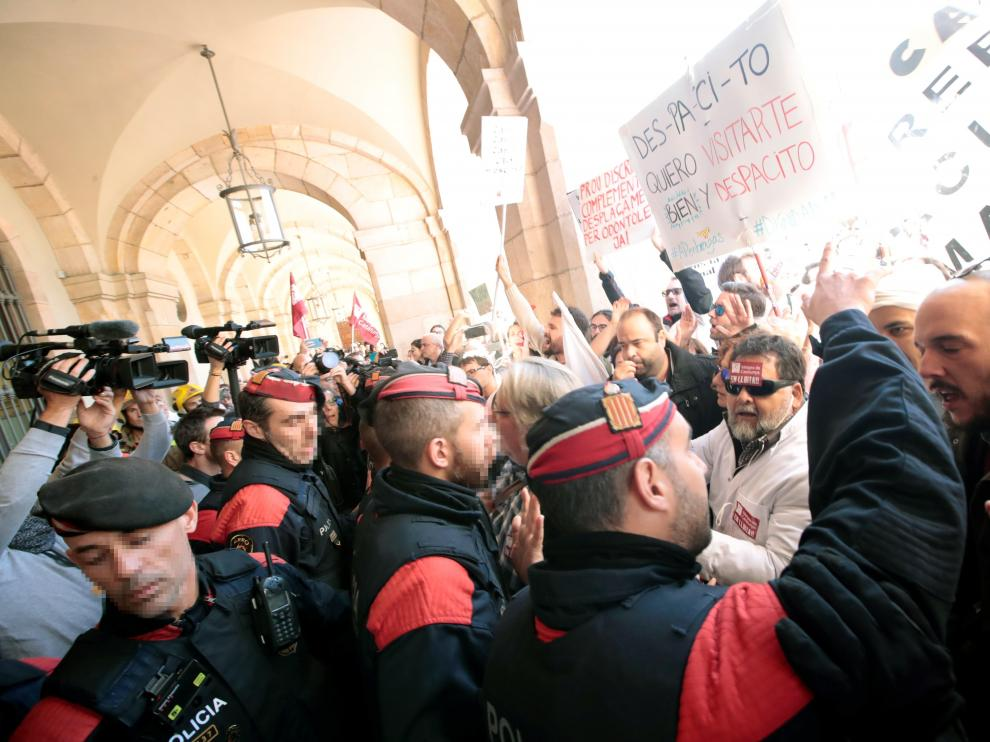 Tensión con los Mossos durante las protestas de Bomberos y médicos en Barcelona