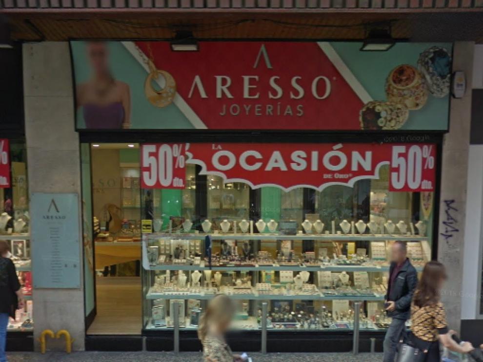 El asalto se produjo sobre la una de la tarde del lunes en esta joyería del Coso de Zaragoza.