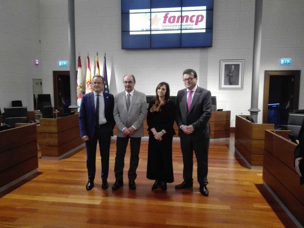 Sánchez Quero, Lambán, Sánchez y Zubieta, en el salón de plenos de la DPZ.