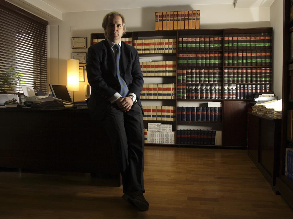 El abogado Simón Lahoz, que representa al exmarido de la mujer, en su despacho de Zaragoza.