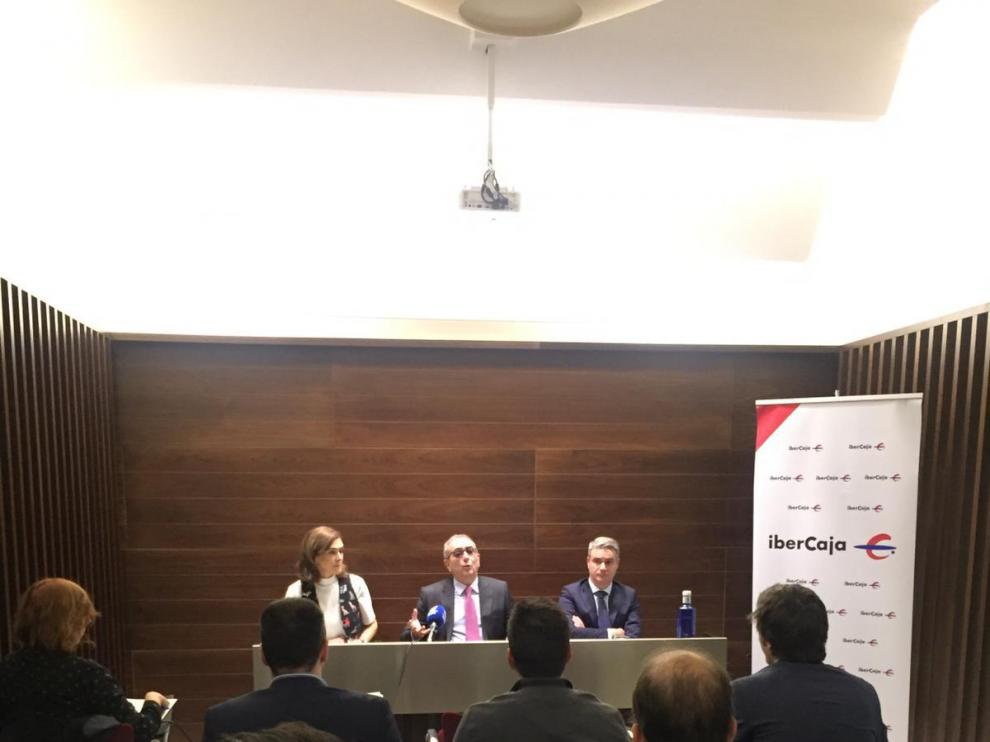 Lili Corredor, directora de Ibercaja Gestión; Rodrigo Galán, director del grupo financiero de Ibercaja y Óscar del Diego, director de Inversiones