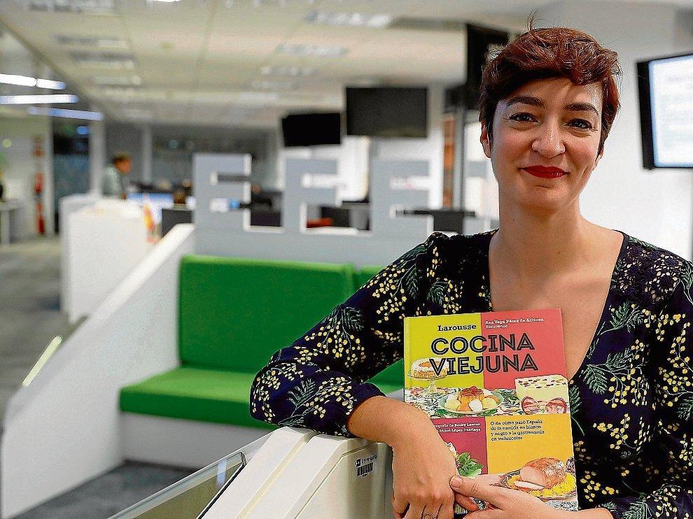 Ana Vega Pérez de Arlucea con su libro, 'Cocina viejuna'.