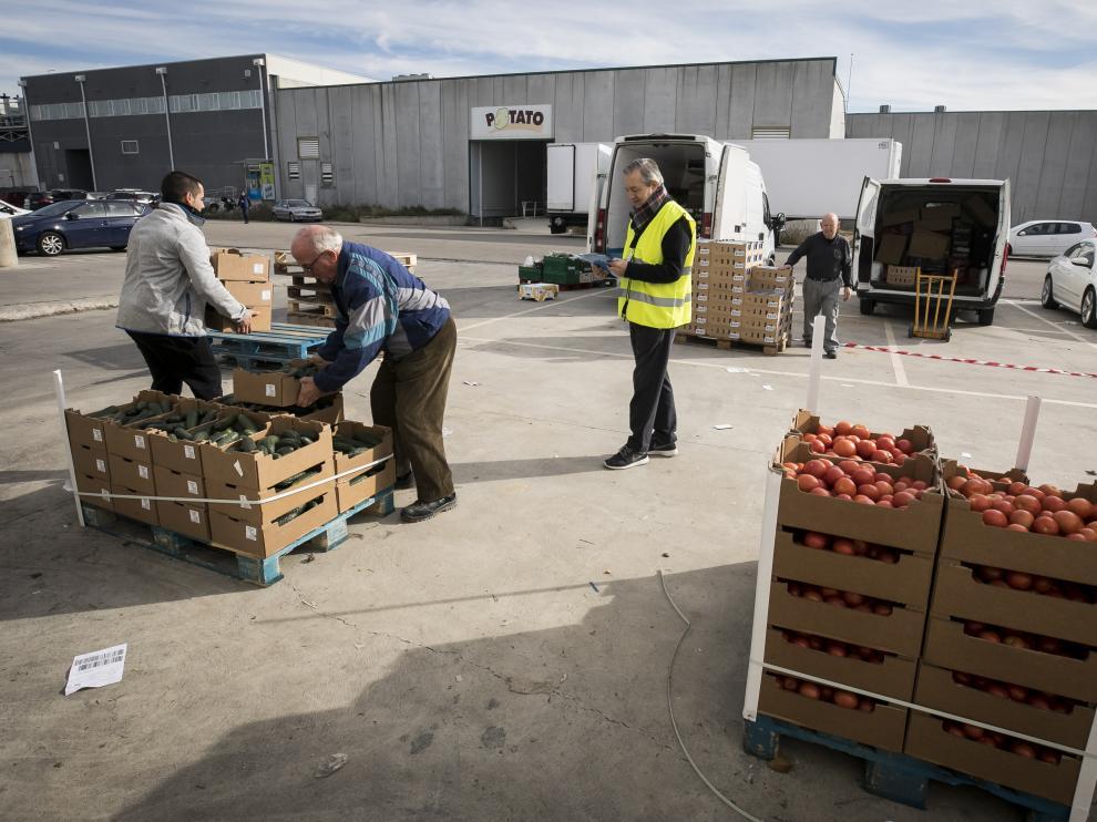 Voluntarios del Banco de Alimentos, este miércoles, preparando la distribución de productos frescos.