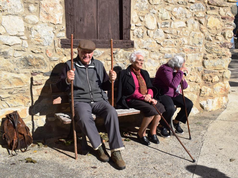 Vecinos de Chía toman el sol de otoño sin descuidar las prendas de abrigo.