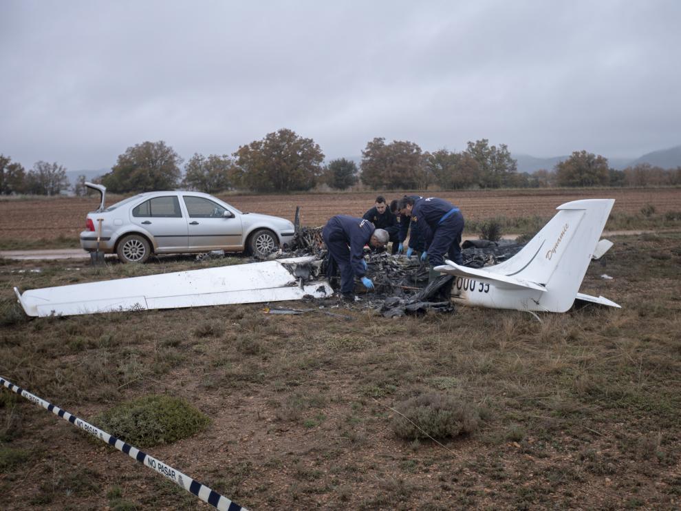 Agentes de la Policía Nacional investigan los restos de la avioneta de Valdecebro.