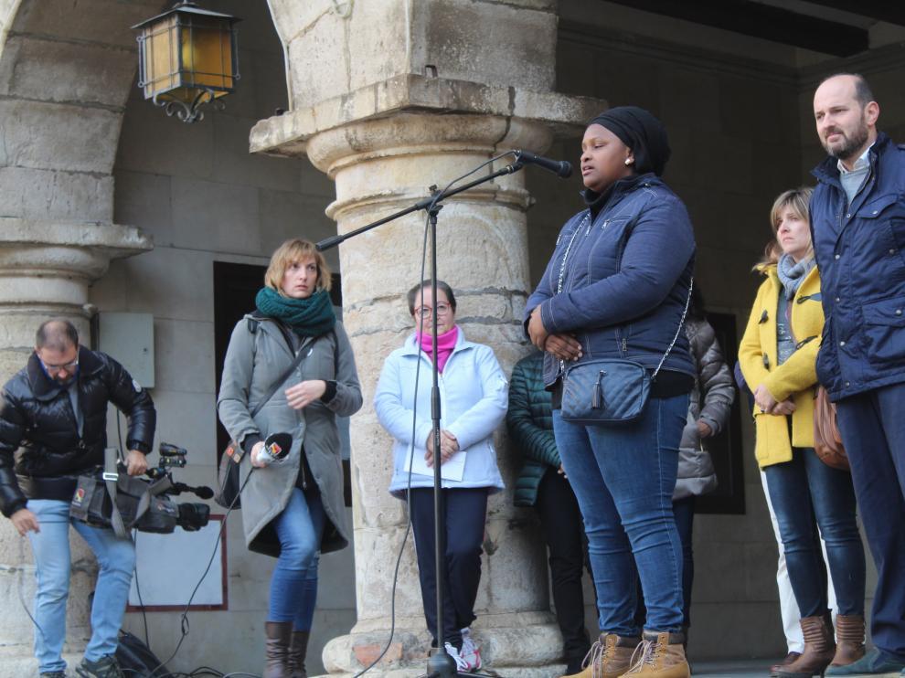Emotiva despedida de Rokhaya en la plaza Mayor de Monzón
