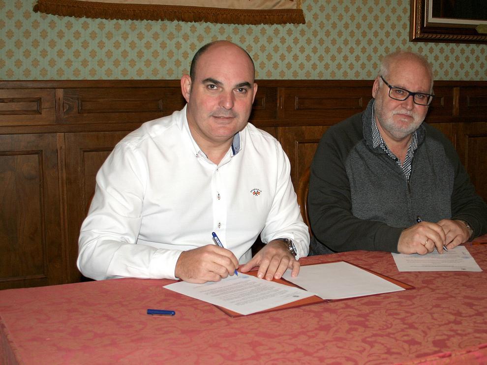El alcalde de Alcañiz y el director del CPIFP Bajo Aragón han suscrito el acuerdo.