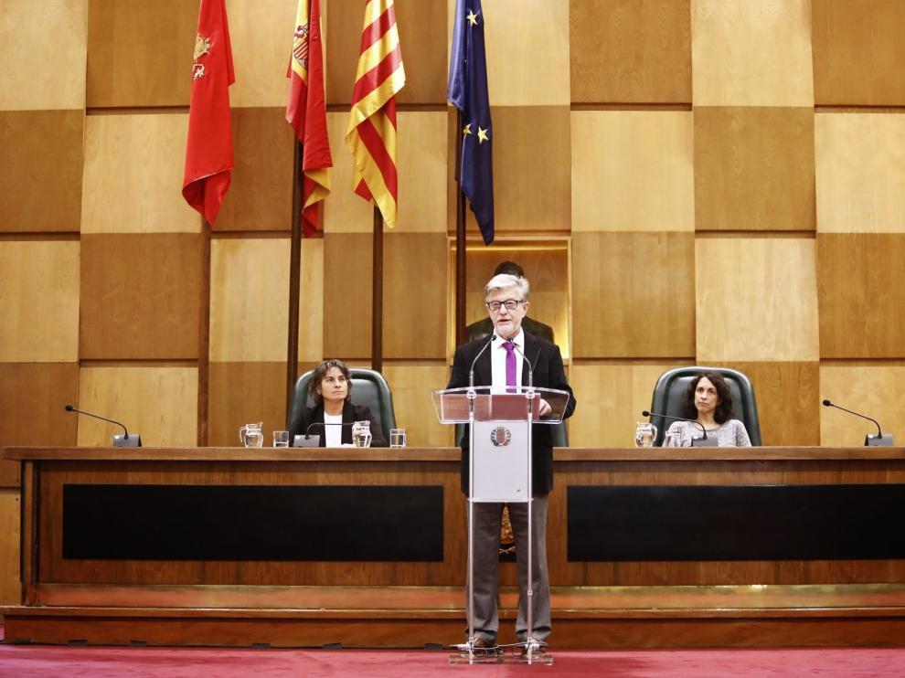 El alcalde Santisteve, en el atril, durante su intervención este jueves.
