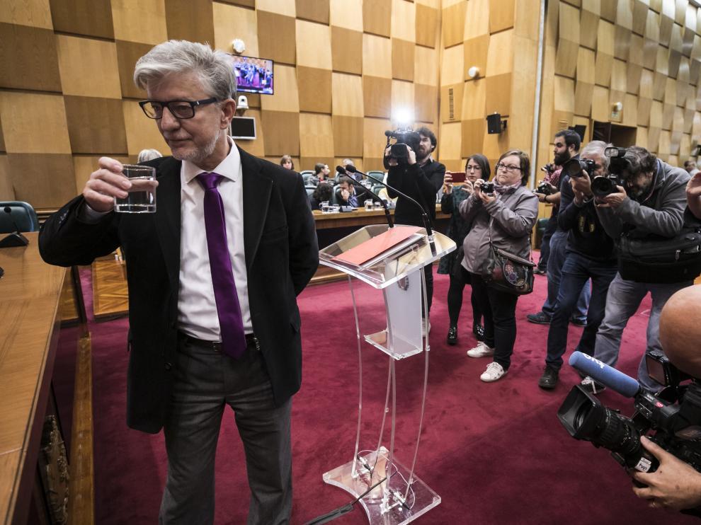 El alcalde, Pedro Santisteve, instantes antes de iniciar su discurso en el salón de plenos del Ayuntamiento de Zaragoza.
