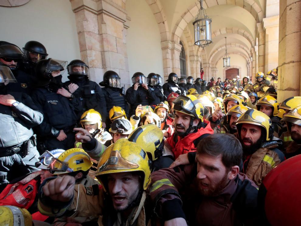 Tensión con los Mossos durante las protestas de Bomberos y médicos en Barcelona.