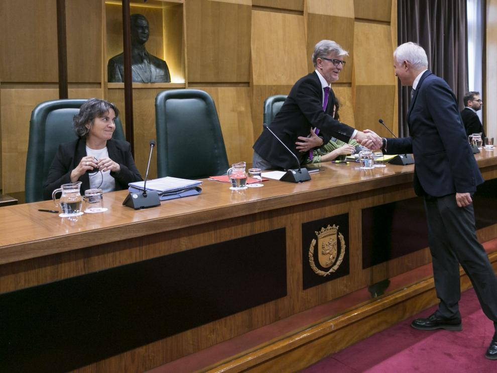 El diputado Eloy Suárez se acercó a estrechar la mano de Santisteve.