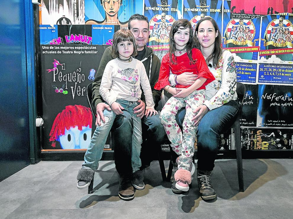 Pedro Peris y Gloria Martí, con sus dos hijas, viven en Calaceite y son una familia de acogida.