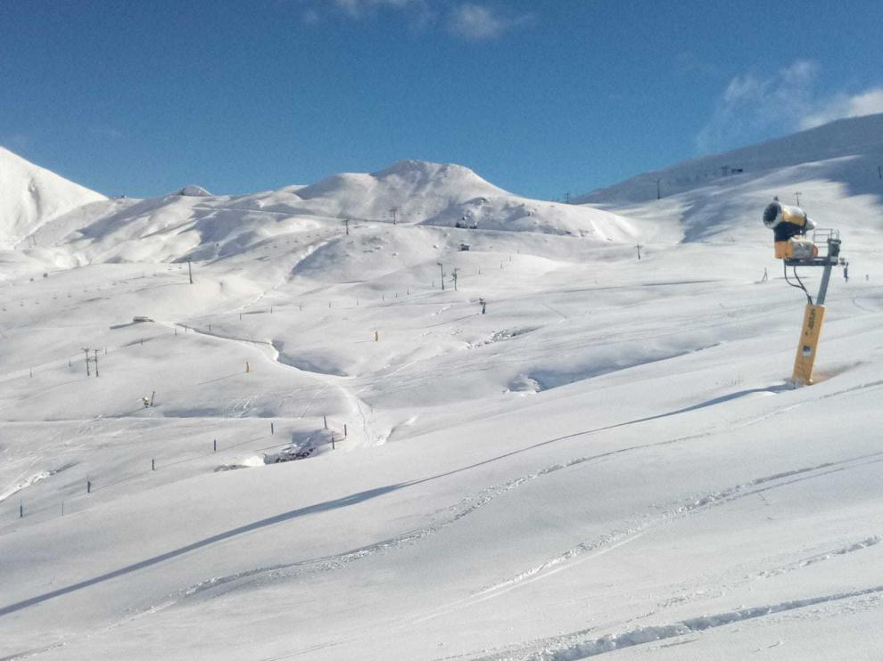 La estación de esquí de Astún, en el Pirineo oscense, ultima los preparativos para abrir el puente de la Constitución.