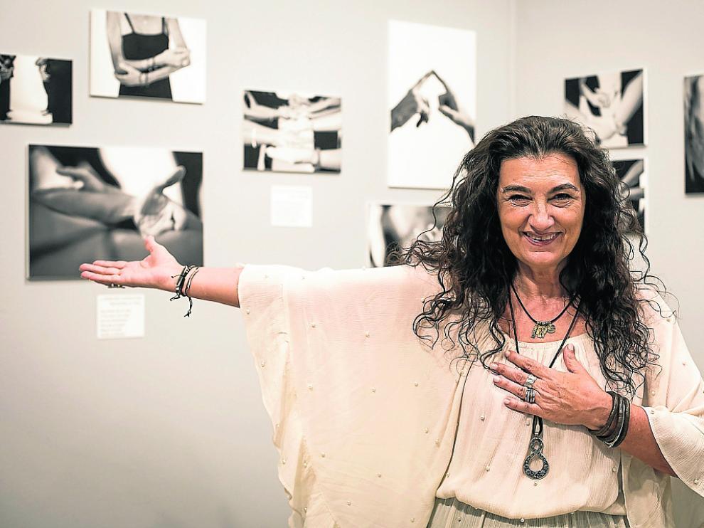 Beatriz Benabarre, en La Casa de la Mujer, ante una parte de su muestra.