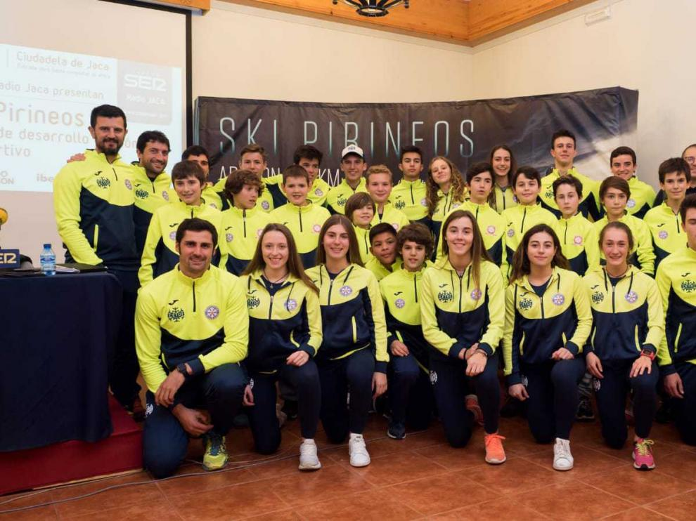 Deportistas y técnicos del CETDI Aragón esquí alpino y fondo junto a los deportistas de las Aulas de Tecnificación.