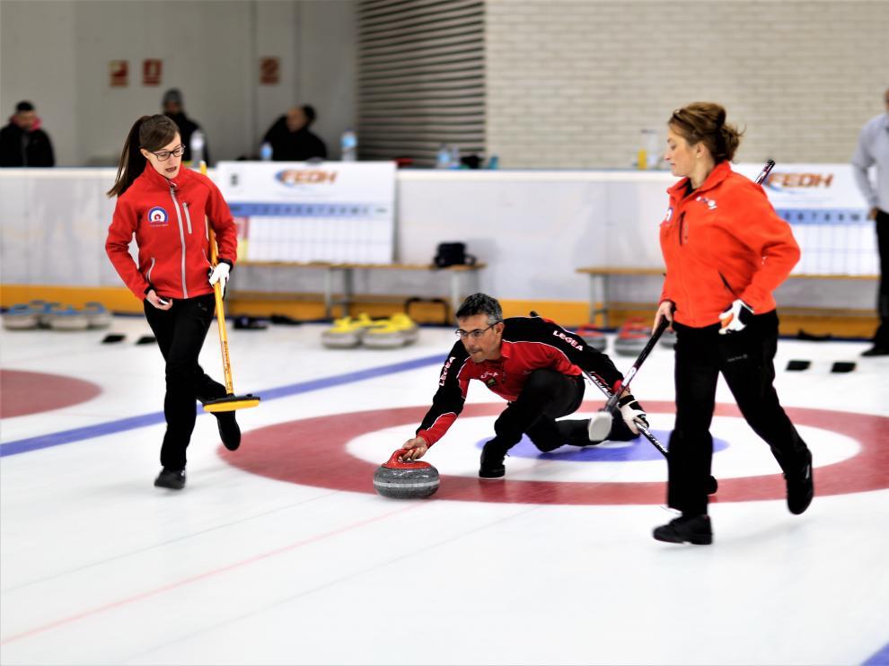 Imagen de un encuentro de curling mixto.