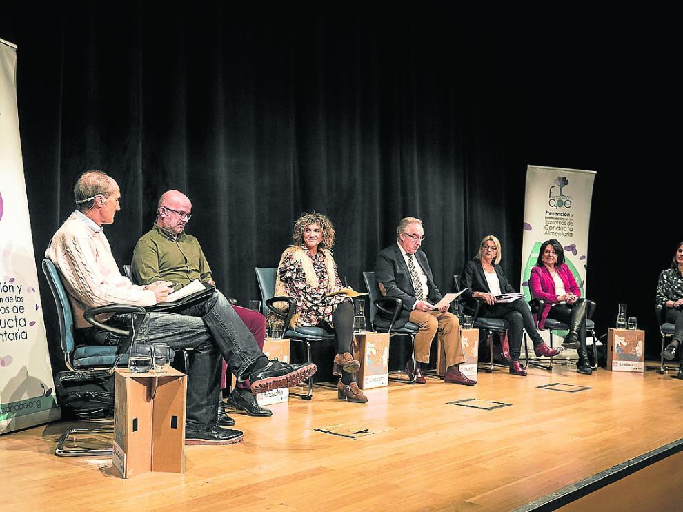 La Fundación APE y representantes políticos en el debate organizado por la asociación el pasado jueves.