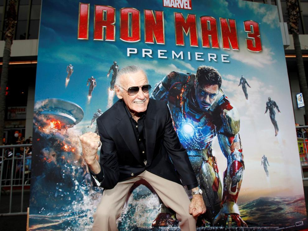 Stan Lee posa en el estreno de 'Iron Man 3' en una imagen tomada en el Capitan Theatre de Hollywood, en 2013