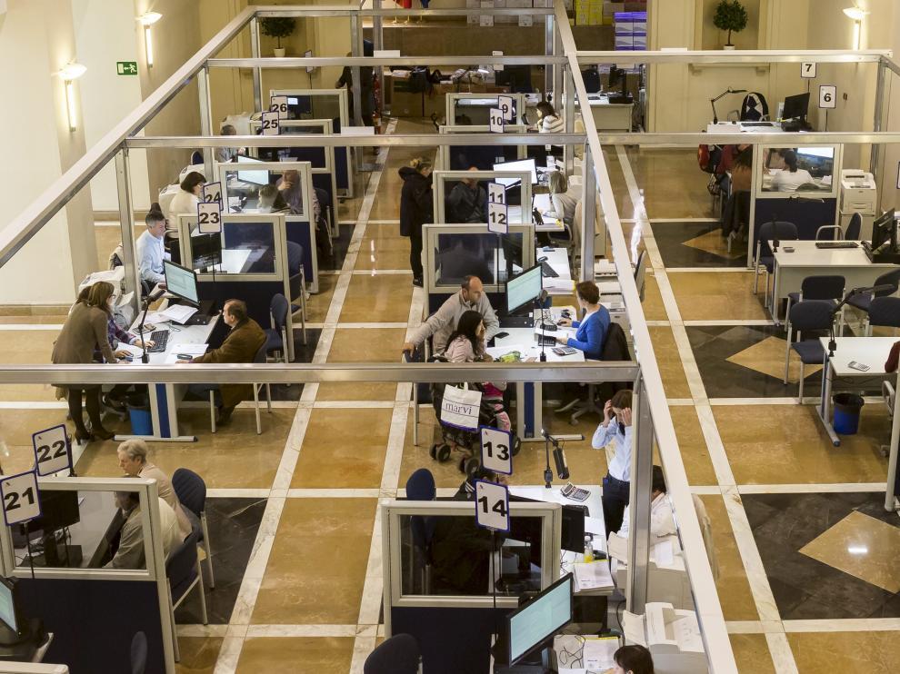 Contribuyentes aragoneses haciendo la declaración de la renta del IRPF en la sede de Hacienda