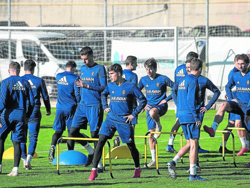 Los jugadores del Real Zaragoza, ejercitándose en la Ciudad Deportiva.