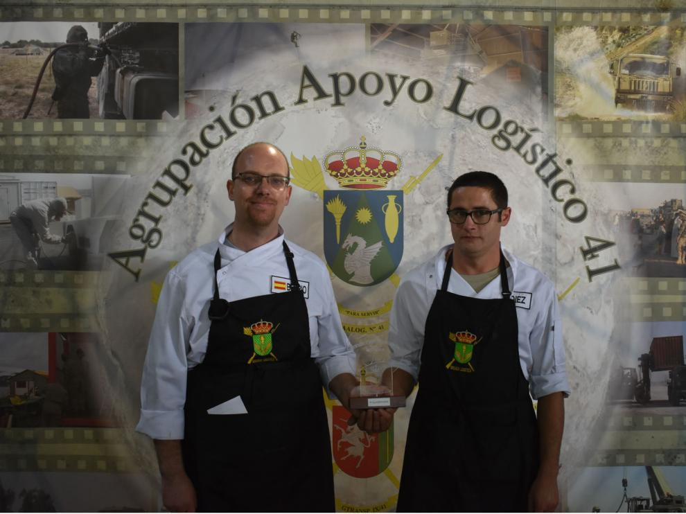 Los cabos Carlos Berrio y Alberto Díez (AALOG 41) con su trofeo de ganadores del II concurso gastronómico.