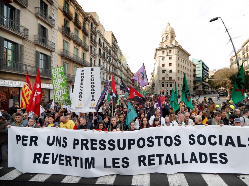 Miles de trabajadores públicos de la Generalitat se manifiestan en Barcelona contra los recortes.