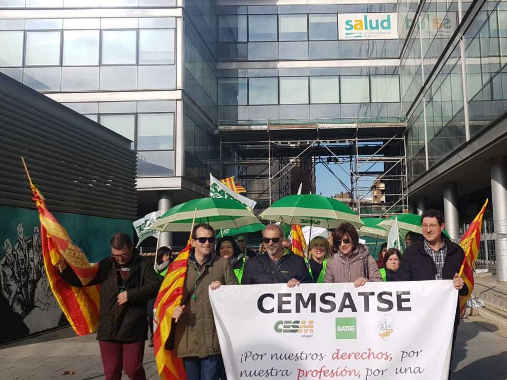 La protesta ha sido esta mañana ante el Salud