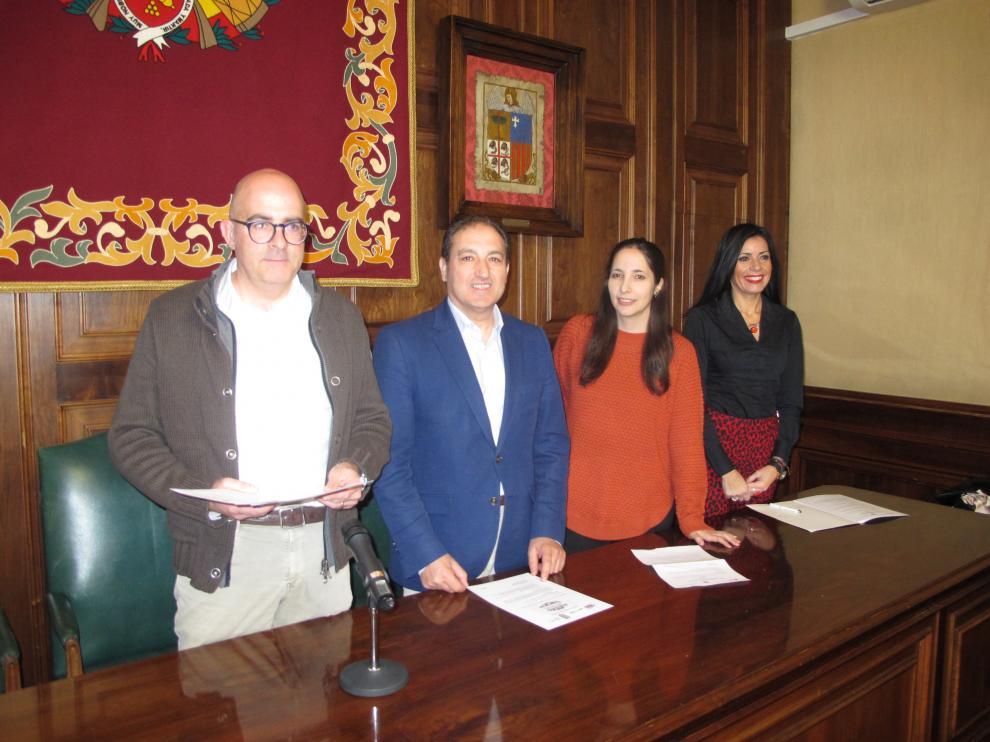 Representantes de las asociaciones de comercio con el concejal José Manuel Valmaña.