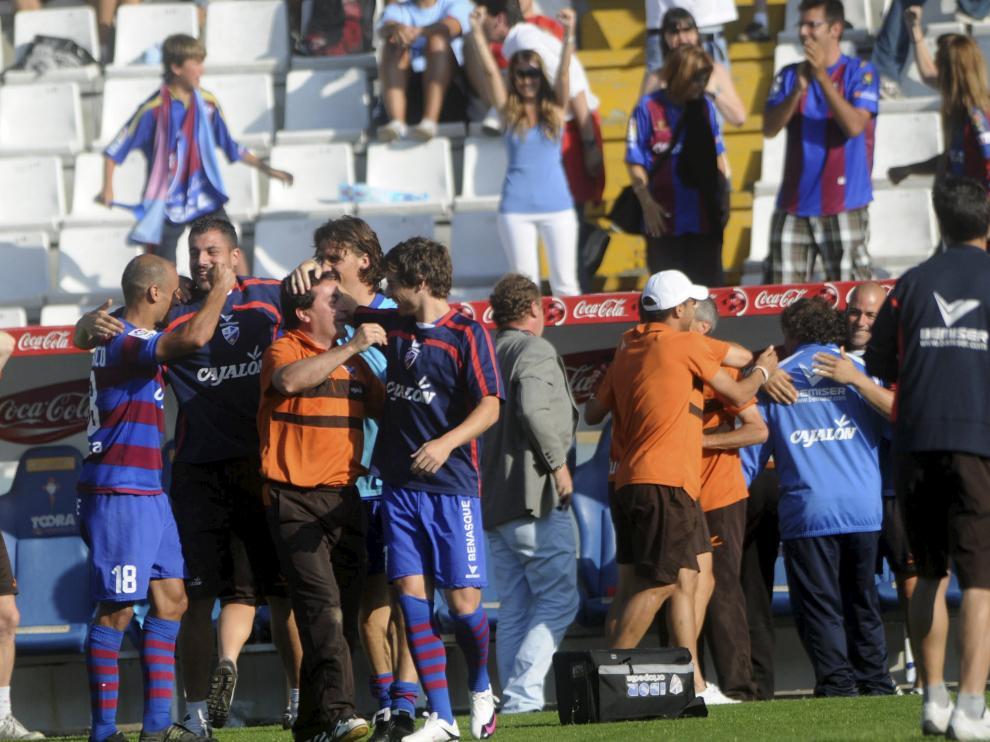 Futbolistas y técnicos celebran la permanencia lograda en Vigo en 2010.