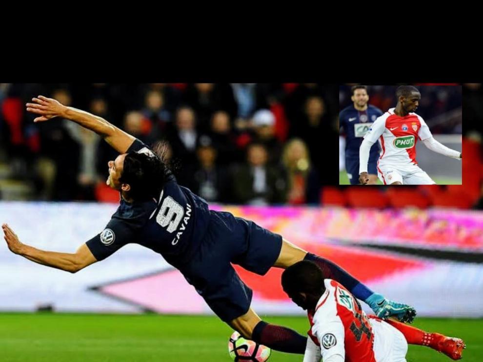 En la imagen, Safwan Mbae, disputa el balón con Cavani, jugador del PSG