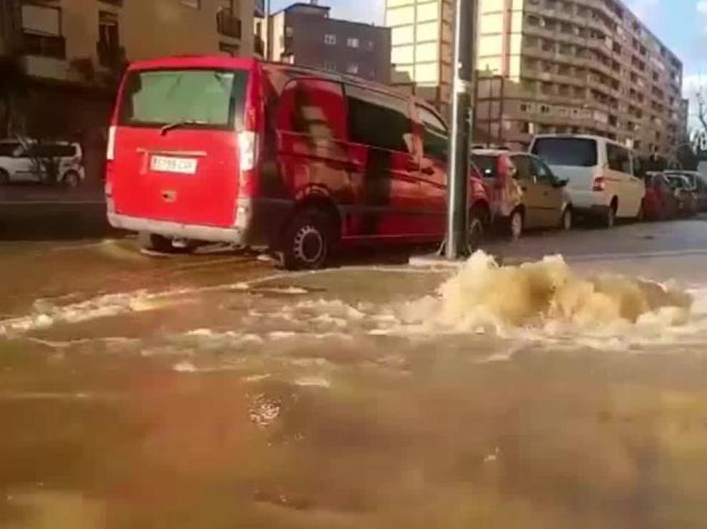 Un reventón en la calle de Vicente Berdusán, en Zaragoza