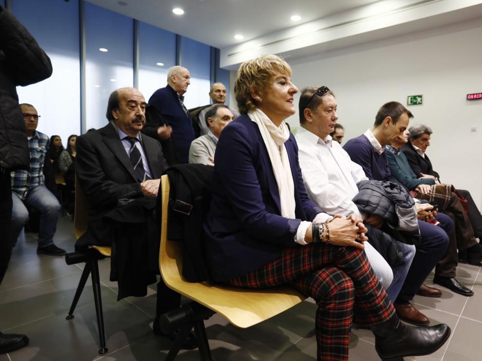 La exregidora, en primer término, sentada ayer en el banquillo durante el juicio junto al resto de acusados.