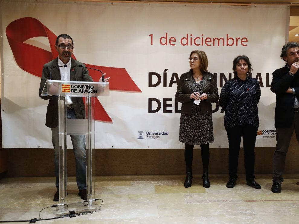 Luis Pradas, director de la asociación Mucha VIHda; Pilar Ventura, consejera de Sanidad; Luisa Broto, vicealcaldesa de Zaragoza; y Francisco Javier Falo, director general de Salud Pública.