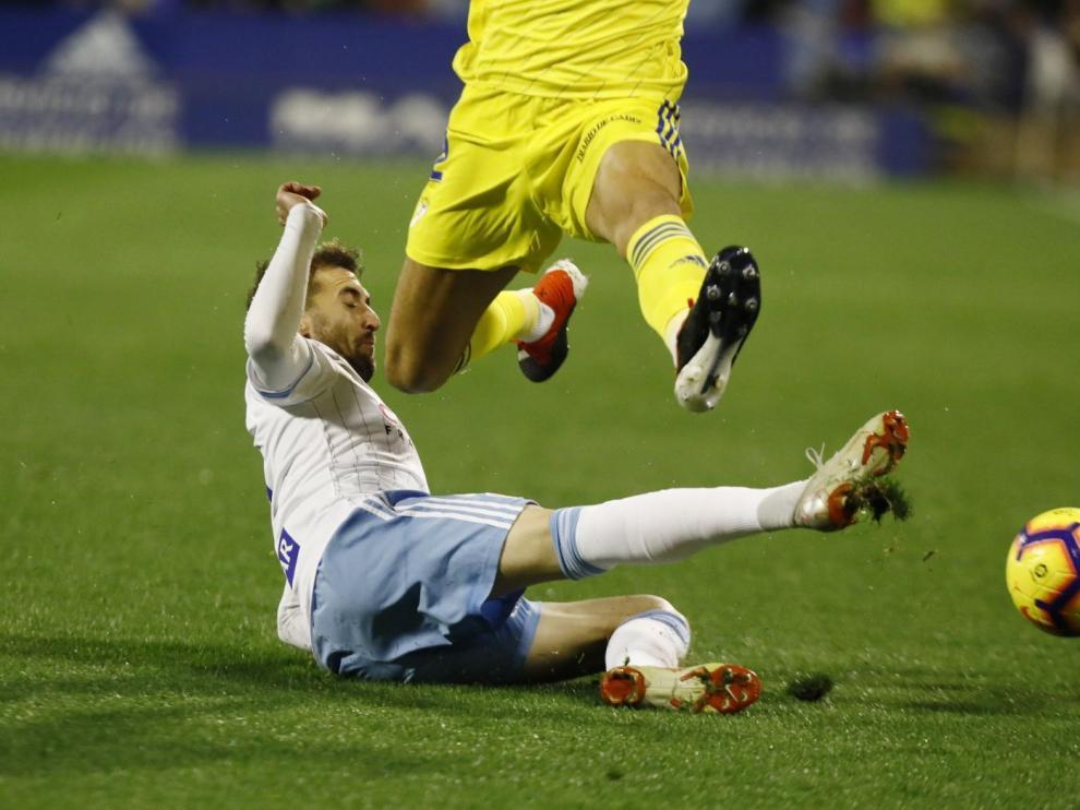Alberto Benito trata de frenar a un jugador del Cádiz.