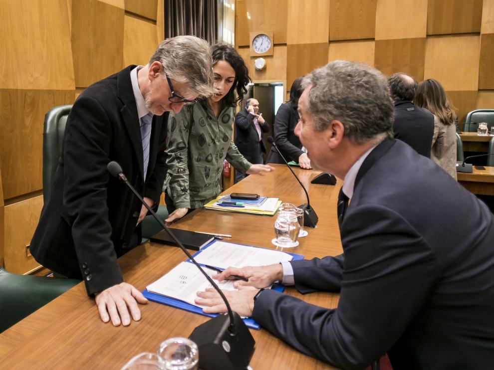 El alcalde Santisteve, momentos antes de iniciarse la votación de las resoluciones.