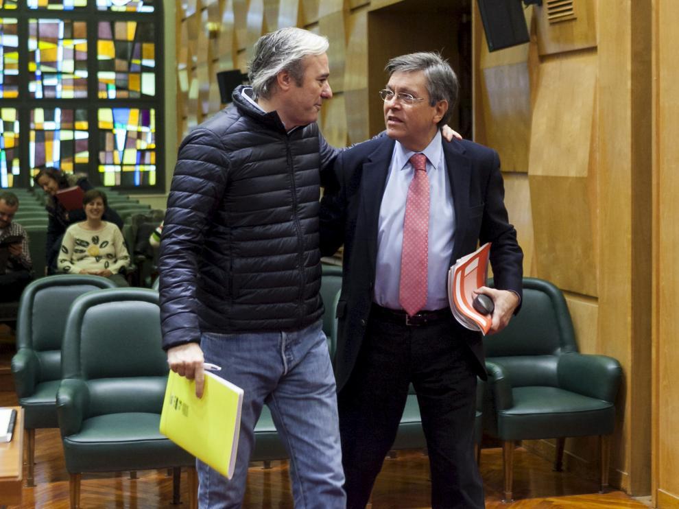 Los concejales populares Jorge Azcón y José Ignacio Senao, durante un pleno municipal.