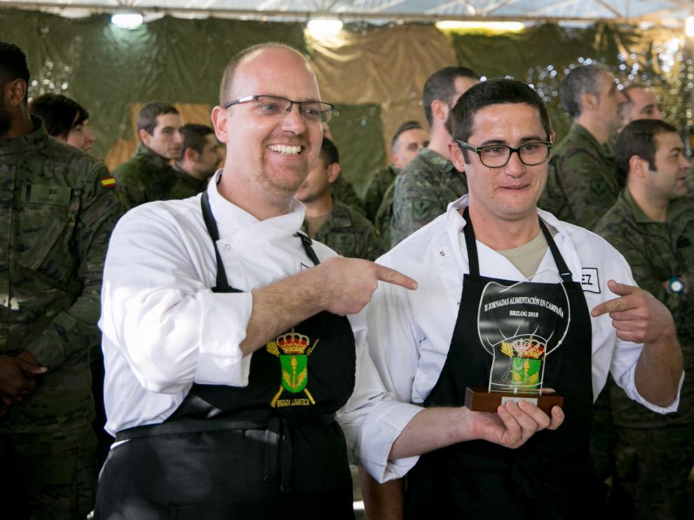 Los cabos Carlos Berrio (izda.) y Alberto Díez consiguieron el primer puesto con una propuesta muy bien emplatada y que potenciaron con el sabor de la panceta.